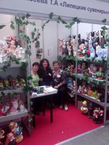 Тамара Алексеева на выставке игрушек и сувениров