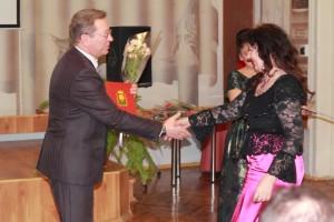 Алексеева Тамара получает грамоту